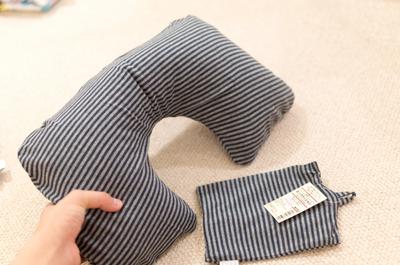 【旅行準備品】移動中に首が痛くならないように、無印良品の「エアー式綿天竺ネッククッション」を買ってきた!(Amazonでもっといいのあったかも)