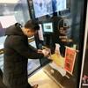 中国西安市に無人ラーメン店!1分でアツアツの麺が目の前で手に取れハフ…