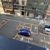 ★ビルの隙間の青い車
