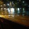 スラバヤで突然の大雨、道が川に