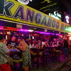 夜のパトンビーチの楽しみ方『パッタイを食べて露店街巡り&バー街散策』