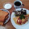 トマトパンとオムレツとヨーグルトとコーヒー
