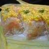 とうもろこしの皮で包んだ押し寿司、コーンと生ハムのお寿司