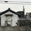 木蓮や旧東海道の蔵白く