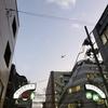 新宿の上空を飛行機が飛んでいた。