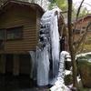 凍てる水車