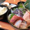 三崎港 〈まぐろ食堂 七兵衛丸〉で、マグロと旬地魚の刺身定食