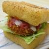 愛知県の「おきつねバーガー」で、パンの代わりに使われている食材は