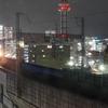 駅を出発し緩やかに加速する夜の新幹線が美しい