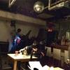8)見知らぬライブハウスのフリーステージで歌う。