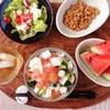 まぐろ漬け丼、レタスサラダ、小粒納豆、すいか。