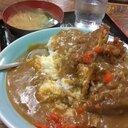 元町の定食屋「きよし」のカツカレーはルー全面盛りがデフォルトで、にゅう麵入り味噌汁も付いてくる。この味噌汁がどのタイミングで食するのがベストなのか、いつも悩んでしまうのだ