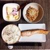 焼き鮭、小粒納豆、バナナヨーグルト。
