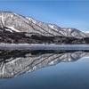 【長野県大町市】冬、青木湖の水鏡。