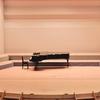 コンサートホールの写真はなぜピアノがポツンなのか