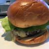 シドニーのマリオットハーバーでルームサービスのハンバーガー。おすすめはハンバーガーではなくステーキサンドイッチ。