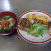 幸運な病のレシピ( 1033 )朝:オムレツ(ミニトマト)、味噌汁(ミニトマト)、青梗菜ニンニク炒め、鮭