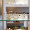顔なじみの良い丸メガネ。