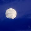 大つごもりを昇る月