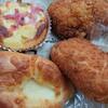 加賀市山代温泉にあるルイドールで、カレーパン、ポテトサラダドーナツ、ベーコンポテト、チーズ塩パン。