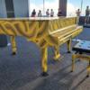 外国人の人気スポットの都庁の展望台へ、草間彌生さん監修の「おもいでピアノ」を見に行ってきました。