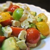 カラフルトマトとモツァレラ、アボカドの鶏ハム入りサラダ