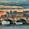 【シネマ旅】「ボンヌフの恋人」の舞台、恋人たちを見守るパリ最古の石橋、夜景のライトアップがロマンティックな雰囲気を演出する