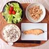 焼き鮭、レタスサラダ、小粒納豆。