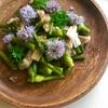 チャイブの花を料理に添えるだけで華やかに。にんにくの茎と豚肉の炒め物