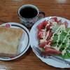 コーヒーとトーストとトマトサラダ