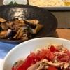 (おとな)いわしとトマトと茗荷のせ半田麺、(こども)半田麺、ナスと豚肉の味噌炒め、おくら