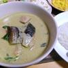 【今日の食卓】ゲァン・キォオワーン(グリーンカレー)。業務スーパーの神戸物産ブランドのペースト…実はタイの大手メープロイのOEM。かなり辛いがココナッツミルクで和らげている。トカナで書いた「タイの神食材」の記事、読んでみてください。老化防止、放射線デトックス、抗がん、etc。もう神でしょう? Green curry with Gyomu super (MaePloy) paste. #タイ料理 #ThaiFood #カレー #デトックス