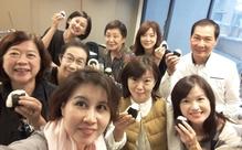 おにぎりを食べながら旅行談義に花を咲かす台湾の日本語学習者