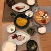 ごはん、わらさの塩焼きとミニトマト、わかめの味噌汁、ナスとオクラの冷たい煮物、バター醤油とうもろこし