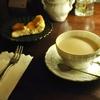 四谷三丁目の「月曜喫茶」でチャイ、チーズケーキ。