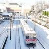雪晴れの東急田園都市線、美しが丘にて