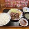 福岡空港近く、「赤兵衛」で名物の餃子バーグを食らうおじさん