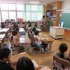 1年生:幼稚園保育園の先生たちの前で④ 図工 ちょきちょきかざり