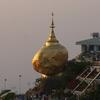 崖すれすれに立つ大きな金色の岩?!タナカって何?微笑みの国ミャンマー