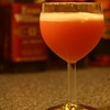 『ピンク・レディ』卵白を使ったクリーミーなカクテル。ピンク色が美しいが…。