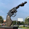 Tied Gun Monument があるロータリーと南の公園。