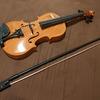 洋装のドレスの衣装体験に合わせられるような小道具である玩具のヴァイオリンが届いてまいりました。