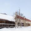雪に沈む旧猿払小学校とジャケットを着たお地蔵様