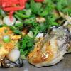 冬と言えばカキオコ。大粒の牡蠣と鉄板上でのパフォーマンスを楽しむ。@安良田(岡山県備前市)