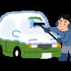 車のフロントガラスが凍っている!? そんな時の対応や対策