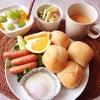 ディナーロール、目玉焼き、ソーセージ、マカロニサラダ、ぶどうバナナヨーグルト、海老のビスクスープ。