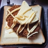 ポテトコロッケとチーズたっぷりのホットサンド