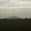 筑波山の上に厚い雲がかかる、綺麗だ幻想的だ。