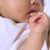 爪を噛む子供「もしかして寂しいのかな!?」考えられる噛む原因は5つ