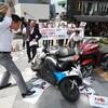 【#海外の反応】「大反日】韓国で日本製バイクに火刑式を挙行‥日本製バイクを鉄パイプと金槌で殴って破壊し、火刑にしようとした所で警察に止められ衝突‥ 韓国の反応